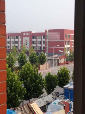 油田六中六小学区房,居住时间短干净,物业管理好,孩子上学方便